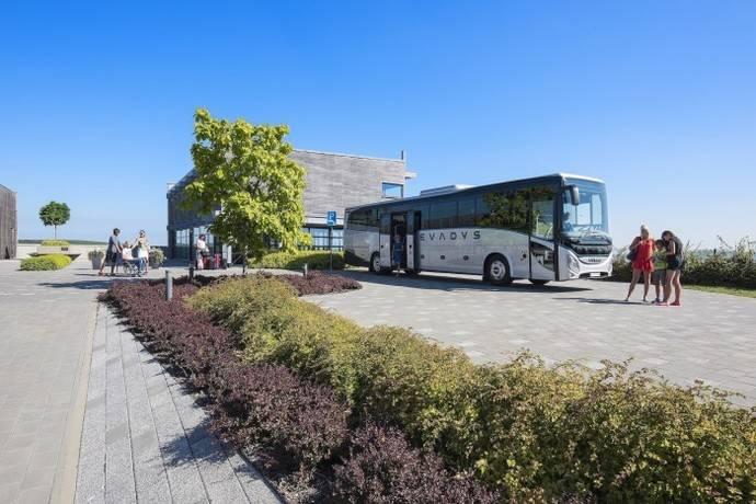 Varios pasajeros se montan en un autocar.