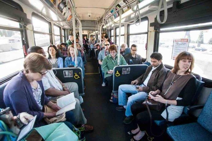 Mujeres se mueven en transporte público, y hombres, con vehículo privado