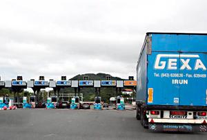 Navarra estudia prohibir la circulación de 2500 camiones que diariamente circulan por la N-121 hacia la frontera
