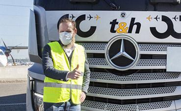 Mercedes-Benz Actros transporta mascarillas faciales protectoras