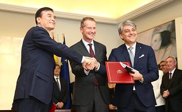 Pedro Sánchez se reúne con el presidente mundial del Grupo VW