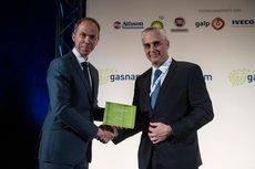 De izq a der: El presidente de Gasnam, Francisco López, y el vicepresidente ejecutivo de Scania, Mathias Carlbaum.