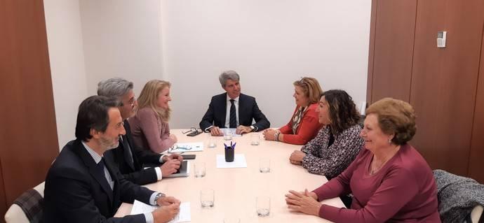 Reunión del consejero de Transportes, Movilidad e Infraestructuras de la Comunidad de Madrid, Ángel Garrido, con la alcaldesa de Colmenar del Arroyo, Ana Belén Barbero.