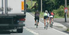 Ciclistas circulando por carreteras españolas