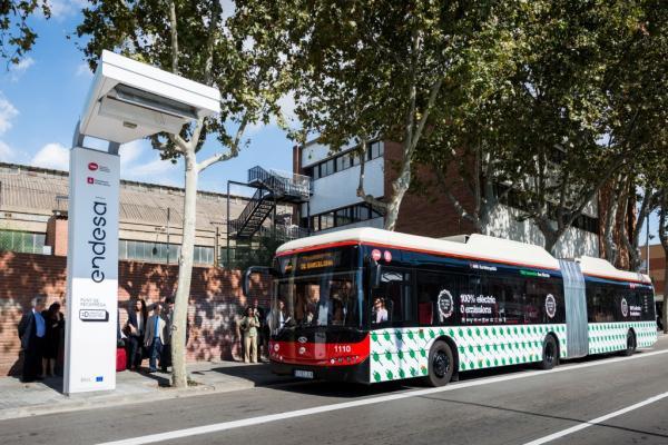 Barcelona estrena articulados eléctricos y una estación de carga
