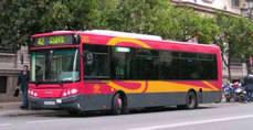 Autobús de Tussam circulando por las calles de Sevilla