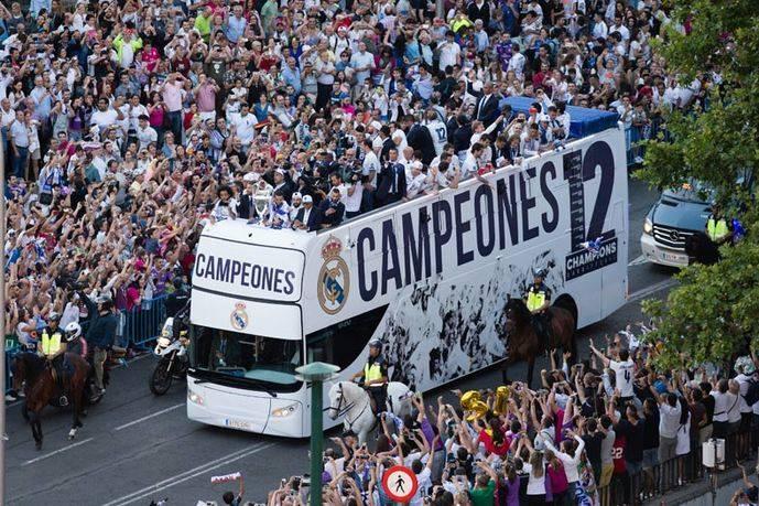 El Real Madrid llega a la Cibeles en un autobús Urbis DD de Unvi