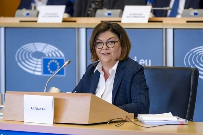 La comisaria europea de Transporte, Adina Vălean.
