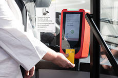El pago del billete sencillo con tarjeta bancaria se extiende a 17 líneas de autobús