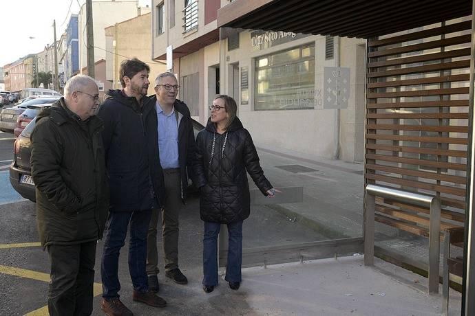 La consejera gallega de Infraestructuras y Movilidad, Ethel Vázquez, supervisa la marquesina instalada en Vilarrodís.