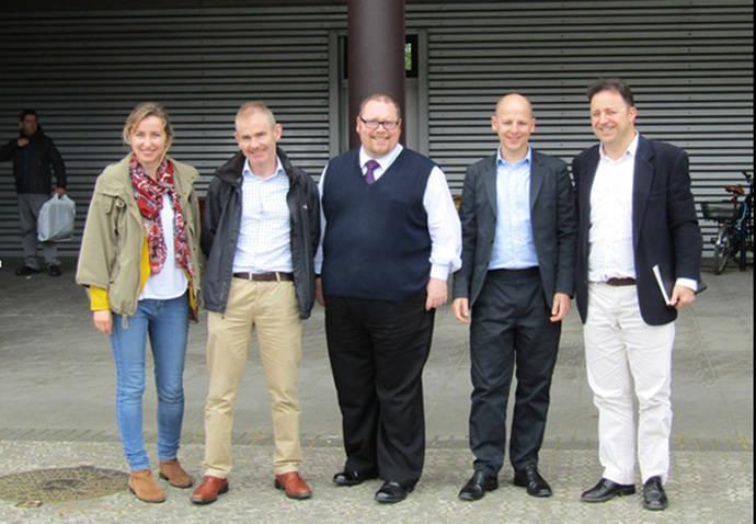 Miembros de la delegación de Buckinghamshire County Council que visitó las intalaciones de Dbus.