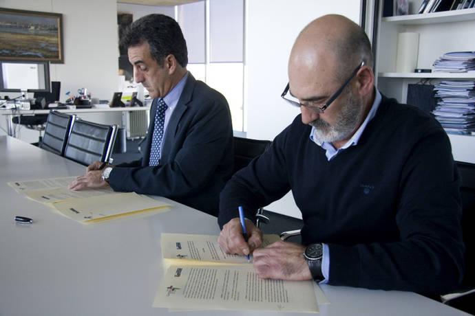 El consejero de Innovación, Industria, Turismo y Comercio, Francisco Martín y el presidente de Asemtrasam, José Vicente González Díaz, durante la firma del convenio.