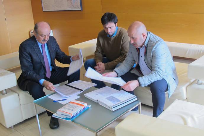 El consejero cántabro de Obras Públicas, José María Mazón, y los responsables de Cartes, estudian los proyectos.