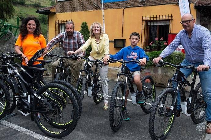 El servicio de bicicletas eléctricas de Peñarrubia, un nuevo transporte sostenible en los Picos de Europa