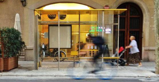 Comienzan a aparecer en las calles de Barcelona las primeras paradas de autobús urbano para las nuevas líneas