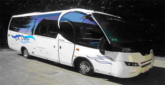 Indcar entrega un vehículo 'Mago 2' a Ambulancias La Pau, y 11 unidades del 'Wing Urbano' a Tide Buss