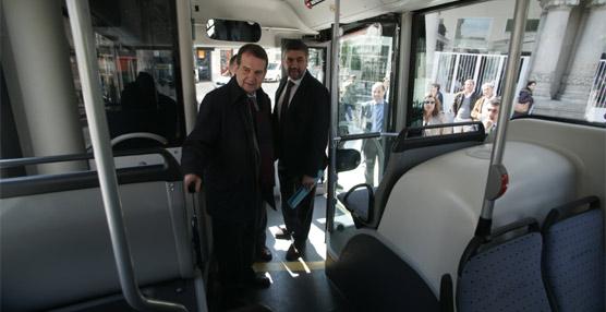 La empresa de transporte público de Vigo presenta un autobús híbrido que funcionará en la línea circular de la ciudad