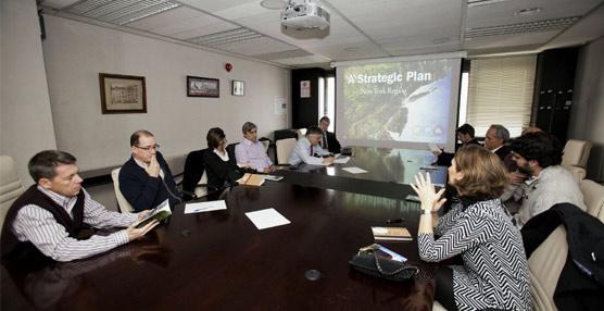 Jesús Valverde visita la planta donde la empresa Oberthur fabrica las Tarjetas de Transporte Público de Madrid