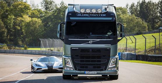 El Volvo FH se enfrenta a un Koeningseff One:1 en un circuito de carreras