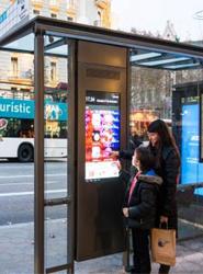 Barcelona estrena ocho nuevas marquesinas inteligentes con pantallas táctiles interactivas