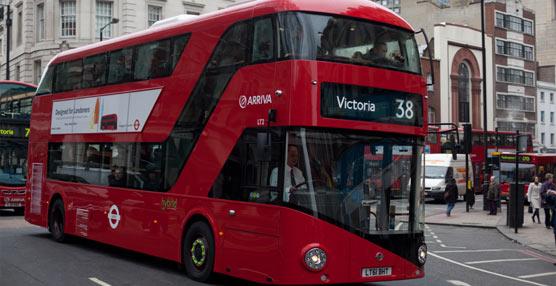 Los nuevos autobuses 'Routemaster' que se incorporan a la flota londinense también operaran en las líneas 55 y 15