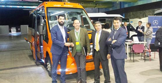 Car-bus.net aprovecha la jornada de Apetam para entregar un Spica a Viaja en Minibús