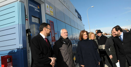 Botella inaugura una estación de abastecimiento de gas natural para el transporte público en Vicálvaro