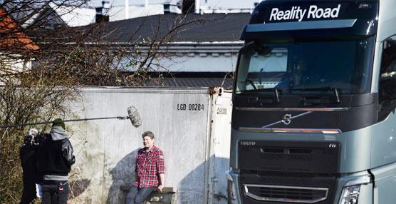Atrevida maniobra de conducción a dos ruedas con un Volvo FH para el 'Reality Road' de Volvo